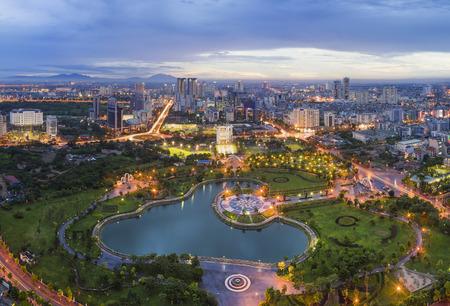 Horizonte de la ciudad de Hanoi en el período crepuscular. Parque Cau Giay, al oeste de Hanoi Foto de archivo - 71532973