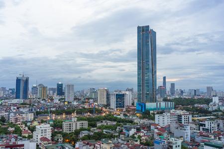 Dao タン代わり Giai ストリート - 金 Ma 通り、バディン地区でハノイの街並みの眺め.夕暮れのハノイのスカイライン 写真素材 - 70532939
