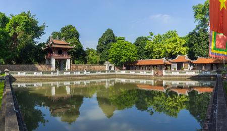 Vista panoramica del terzo cortile nel Tempio della Letteratura (Van Mieu), con il Quang Thien bene e il rosso Khue Van padiglione, due grandi sale che ospitano i tesori del tempio
