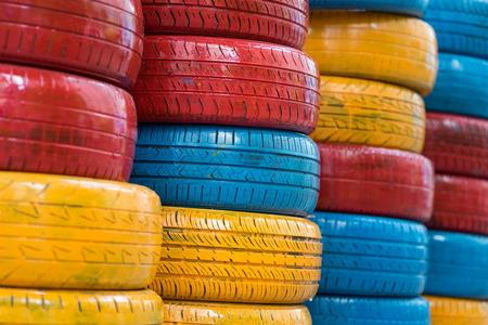 niños reciclando: Neumáticos pintados coloridos del coche