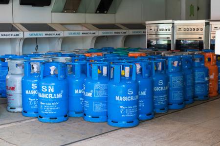 Hanoi, Vietnam - 28 de abril de 2015: botellas de gas para la venta en una tienda en la calle Xuan Thuy