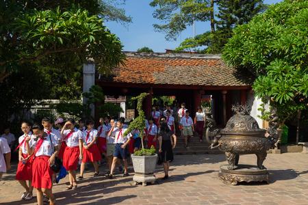 Hanoi, Vietnam - 24 juillet 2016: Des élèves vietnamiens visitent le Temple de la Littérature (Van Mieu), la première université nationale à Hanoi, Vietnam Éditoriale