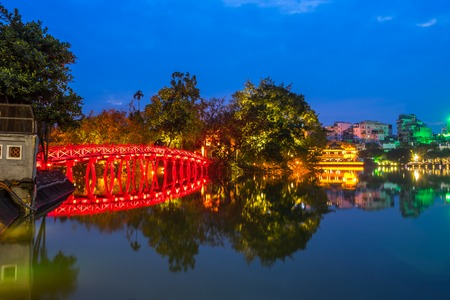 The Huc bridge (red bridge), entrance of Ngoc Son temple on Hoan Kiem lake, Hanoi, Vietnam Stockfoto
