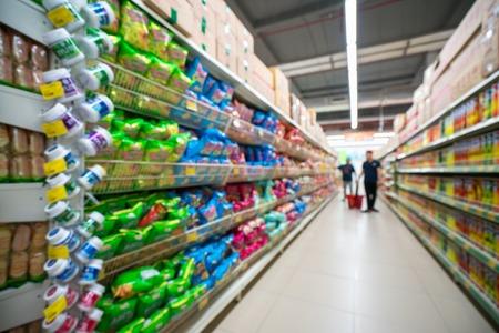 Supermarket rozmazane tło z kolorowe półki i nie do poznania klientów