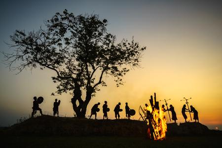 ダックラック、ベトナム - 2017 年 3 月 9 日: Ede 少数民族の人々 は伝統的な功を実行し、夕日の時代の大きなツリーの下で彼らの祭りのドラム ・ キャ 報道画像