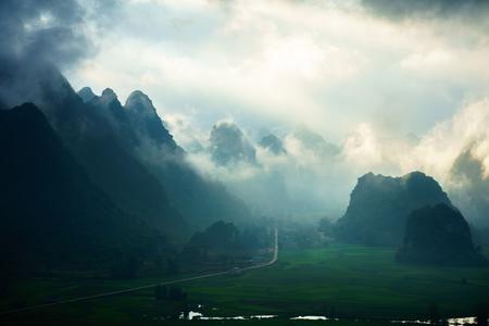 Trung Khanh, 카오 뱅, 베트남에서 이른 아침에 산과 낮은 구름과 베트남 풍경