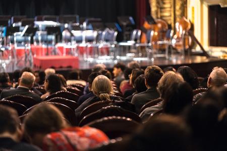 Publiek kijkt naar concertshow in het theater Stockfoto