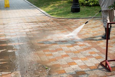 Czyszczenie podłóg na zewnątrz strumieniem wody pod ciśnieniem na ulicy Zdjęcie Seryjne