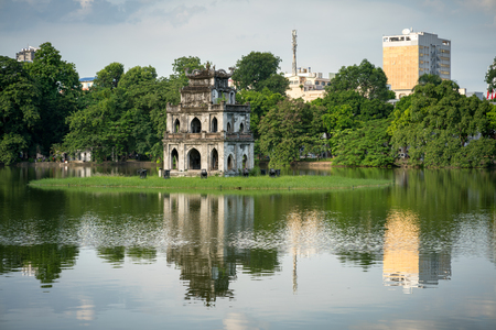 Turtle Tower (Thap Rua) in Hoan Kiem lake (Sword lake, Ho Guom) in Hanoi, Vietnam. 版權商用圖片