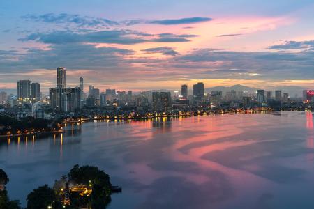 Luchtfoto van de skyline van Hanoi bij West Lake of Ho Tay. Hanoi stadsgezicht bij schemering