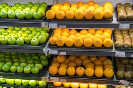 Frutta fresca e sana sugli scaffali del supermercato