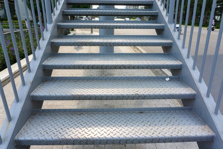 Marche d'escalier en acier pour monter ou descendre jusqu'au pont public extérieur