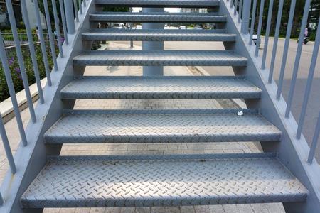 Stalen traptrede om naar boven of naar beneden te lopen naar de openbare buitenbrug