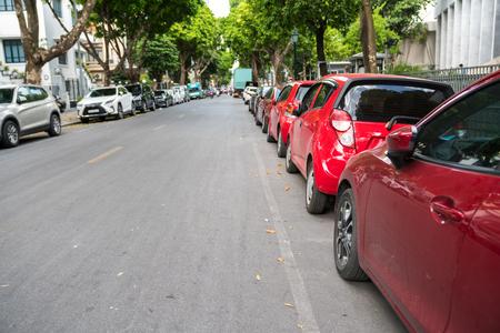 Parallelle parkeerauto's op stedelijke straat. Buiten parkeren op de weg