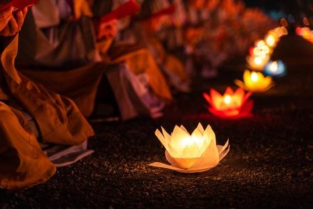 Linternas y guirnaldas de colores en la noche del día de Vesak para celebrar el cumpleaños de Buda en la cultura oriental, hechas de papel y velas.