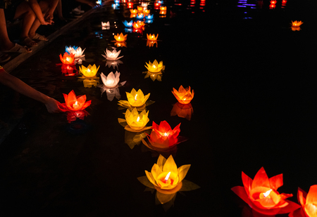 Lanterne colorate e ghirlande galleggianti sul fiume di notte il giorno di Vesak per celebrare il compleanno di Buddha nella cultura orientale, fatto di carta e candela