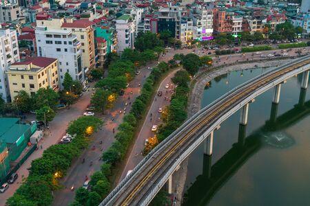 Cityscape van Hanoi tijdens zonsondergangperiode. Uitzicht op de skyline van Hanoi in de straat Hoang Cau Stockfoto