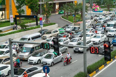 Traffic light with street traffic on background in Hanoi street Zdjęcie Seryjne - 133359909