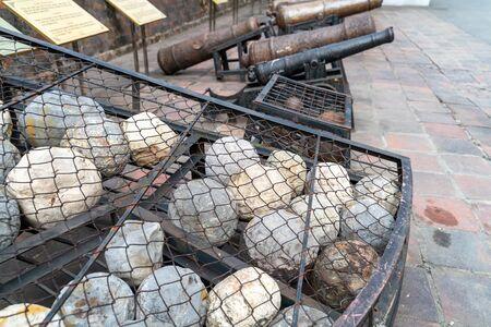 Ancient cannonballs in Vietnam Military Musium in Hanoi Foto de archivo