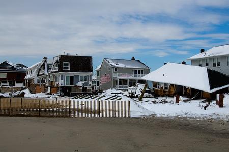 Six months after Hurricane Sandy's storm surge destroyed countless homes along the Rockaway coastline, the area is still rebuilding. Standard-Bild