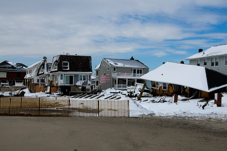 Six months after Hurricane Sandys storm surge destroyed countless homes along the Rockaway coastline, the area is still rebuilding. 版權商用圖片