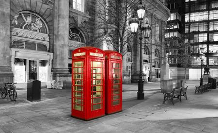 cabine téléphonique rouge dans la ville de Londres par nuit