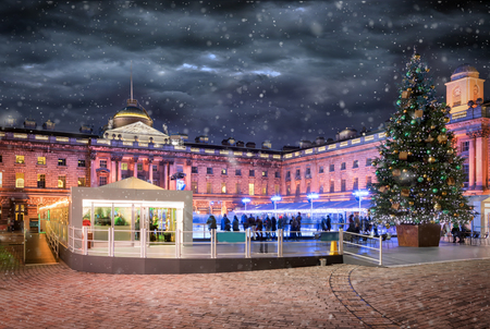 The Somerset House in London with a ice rink and christmas tree during winter with snowfall 新聞圖片