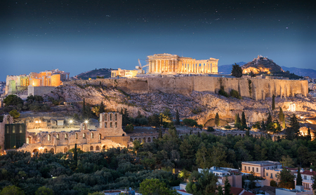 The Parthenon Temple at the Acropolis of Athens, Greece, in the night with stars in the sky 免版税图像