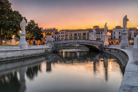 La place Prato della Valle avec de magnifiques statues à Padoue, Italie, pendant le coucher du soleil