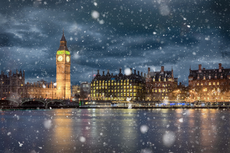 Big Ben and Westminster on a cold winter night with falling snow, London, United Kingdom 免版税图像 - 95443612