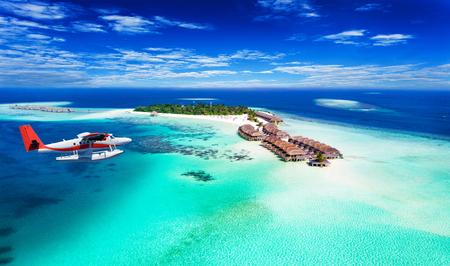 Widok z lotu ptaka na wodnosamolot zbliżający się do wyspy na Malediwach