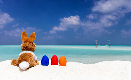 Bunny and colored easter eggs on a beach in the Maldives Stok Fotoğraf