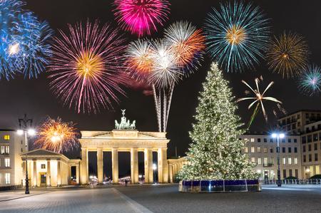 Brandenburger Tor in Berlijn, Duitsland, met vuurwerk en kerstboom Stockfoto