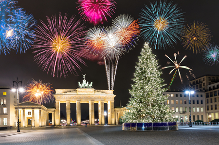 Brandenburger Tor in Berlin, Deutschland, mit Feuerwerk und Weihnachtsbaum Standard-Bild