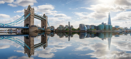 Panoramic view of the skyline of London: from Tower Bridge to London Bridge on a sunny summer day, United Kingdom Imagens