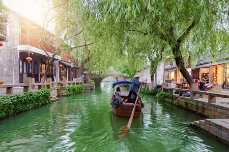 Die Wasserstadt Tongli, das Venedig Asiens, in der Nähe von Suzhou, Shanghai, China, mit vorbeifahrender Gondel auf einem Kanal Standard-Bild