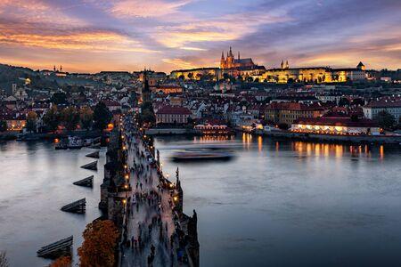 Hermosa vista nocturna sobre el famoso Puente de Carlos en Praga, República Checa, hasta la antigua Ciudad Pequeña y el Castillo de arriba