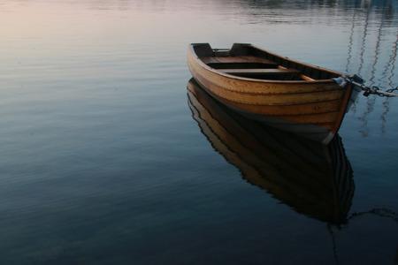 穏やかな水で行ボート