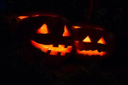 暗闇の中で輝く 2 つのハロウィン pumpins 写真素材
