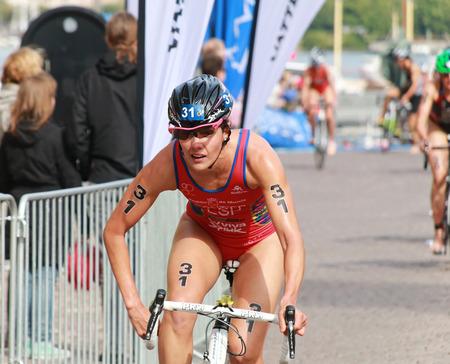 STOCKHOLM - 23 août: Caroline Routier (ESP) à vélo avec les lunettes pas encore fixé après la transition à l'épreuve de la série ITU World Triathlon des femmes 23 Août, 2014 à Stockholm, Suède Éditoriale