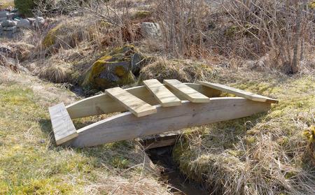 impregnated: Costruire un piccolo ponte di legno curvo sopra la trincea costruite in legno impregnato