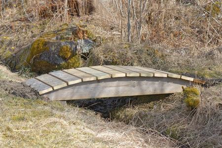 impregnated: Piccolo ponte in legno curvato sopra la trincea costruite in legno impregnato