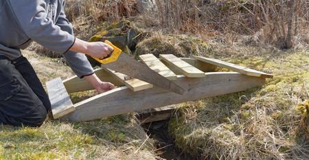 impregnated: L'uomo la costruzione di un piccolo legno curvato di legno impregnato
