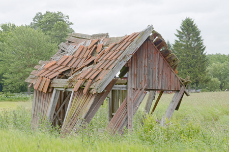 outbuilding: Tumbledown barn on a field