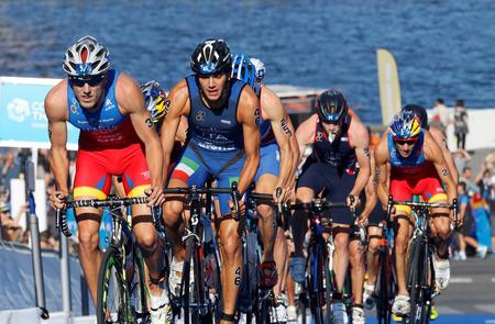 STOCCOLMA, SVEZIA - 23 AGOSTO 2015: Concorrenti di triathlon di Stuggelling compreso Fernando Alarza e Facchinetti che ciclano in salita nell'evento della serie ITU World Triathlon maschile 23 agosto 2015 a Stoccolma, Svezia