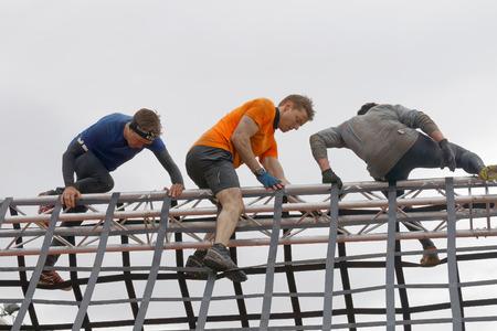 Estocolmo, Suecia - 14 de mayo de 2016: Los hombres que suben un obstáculo neta en la carrera de obstáculos de Viking Tough Evento en Suecia, 14 de Mayo, el año 2016 Editorial