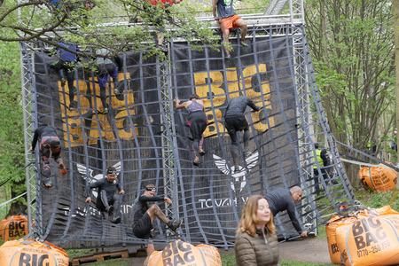 Estocolmo, Suecia - 14 de mayo, 2016: Grupo de hombres y mujeres que suben un obstáculo neta en la carrera de obstáculos de Viking Tough Evento en Suecia, 14 de Mayo, el año 2016