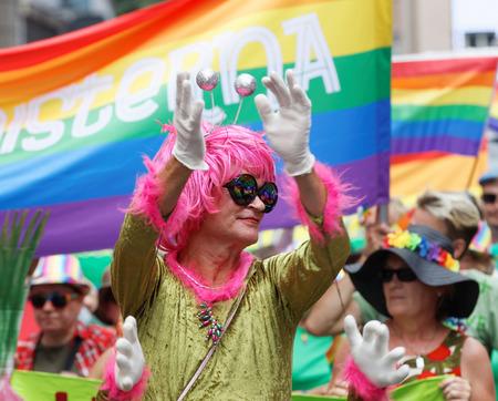 transexual: Estocolmo, Suecia - 30 de julio, 2016: hombre travesti mayor con una peluca rosa en el desfile del orgullo 30 de de julio de, 2016, Estocolmo, Suecia