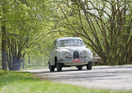 ヘルタ ベルリン、ストックホルム、スウェーデンの森で Gardesloppet の公共のレースで国の道路上 1962 運転からのストックホルム, スウェーデン - 2017 年 5 月 22 日: ホワイト サーブ スポーツ クラシックカー。2017 年 5 月 22 日 写真素材 - 79532358