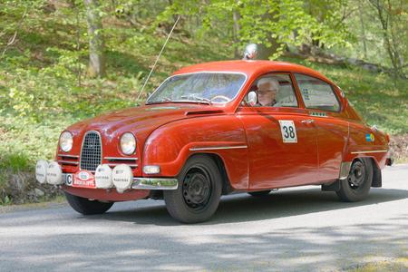 ヘルタ ベルリン、ストックホルム、スウェーデンの森で Gardesloppet の公共のレースで国の道路上 1964 運転からのストックホルム, スウェーデン - 2017 年 5 月 22 日: 赤サーブ 96 クラシックカー。2017 年 5 月 22 日 写真素材 - 79688824